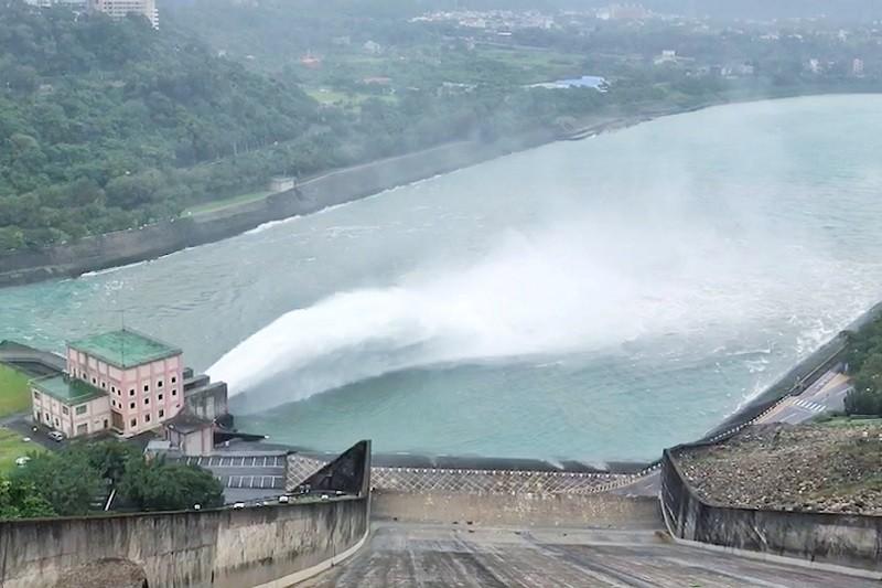 石門水庫30日上午10時30分起調節水位,以每秒360立方公尺實施調節性放水。中央社