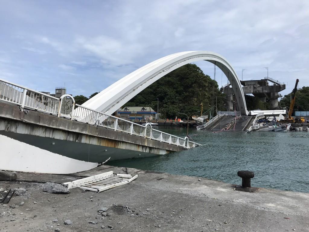 宜蘭縣南方澳跨港大橋1日發生坍塌意外,造成油罐車壓毀、多艘漁船受損及民眾落海。