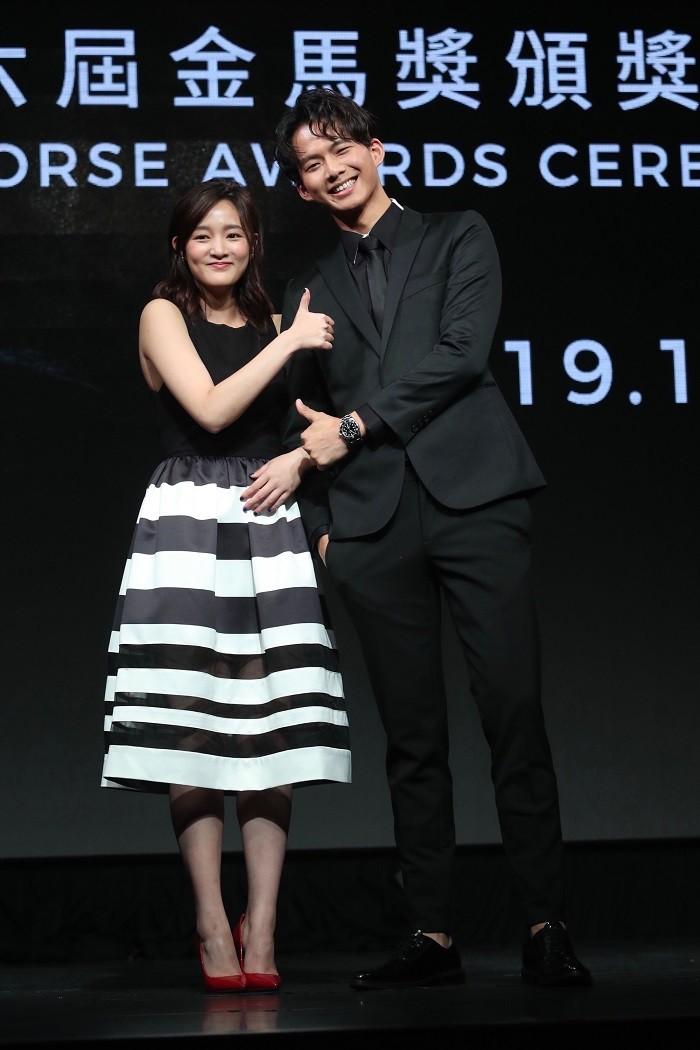 揭獎嘉賓王淨(左)以電影「返校」入圍最佳女主角獎,同為揭獎人的演員吳念軒(右)比讚祝賀。中央社