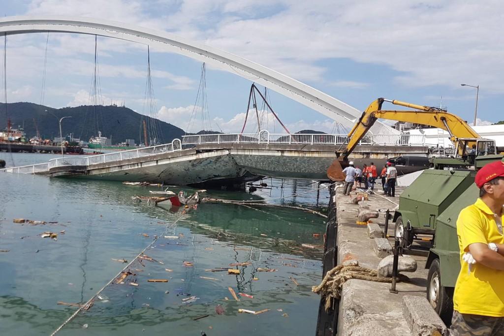 宜蘭縣南方澳跨港大橋1日坍塌,造成多名外籍漁工失蹤及死亡。