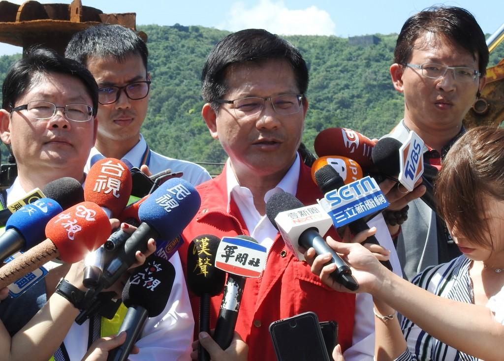 交通部長林佳龍(中)2日表示,罹難外籍 漁工的賠償或撫卹等所有的權利,會從優、從寬認定。