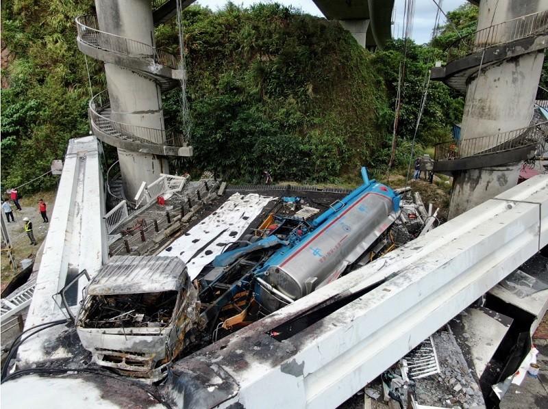 駕駛油罐車的司機1日連人帶車, 隨斷橋一起墜落 (中央社)