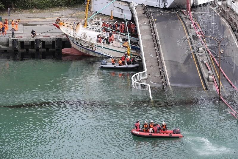 1日事發當天, 漁船遭斷橋壓毀的慘況 (中央社)