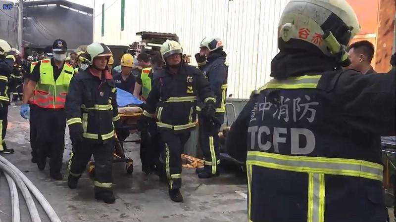 遺體運出時,在場消防人員列隊行禮,場面哀戚。中央社