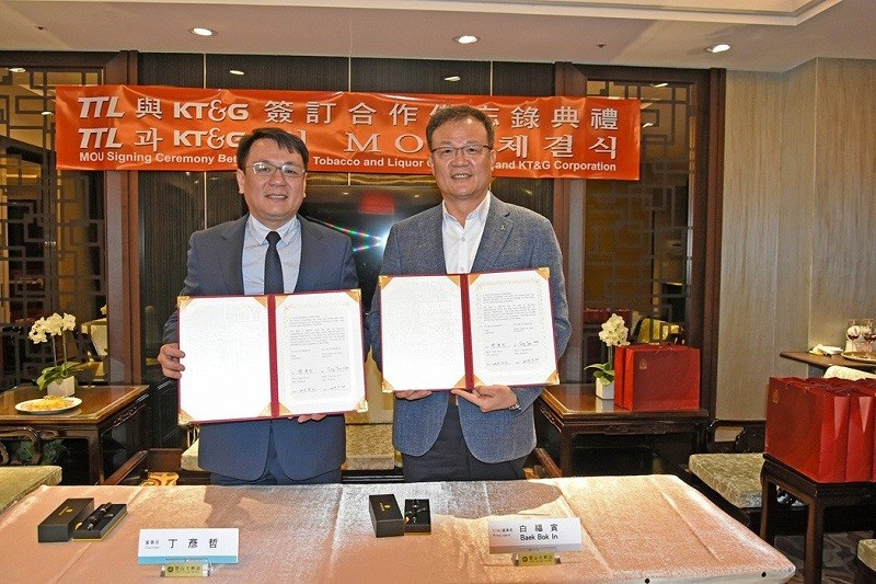 TTL Chairman Ting Yen-che (left) signs a MoU with KT&G CEO Baek Bok-in. (TTL photo)