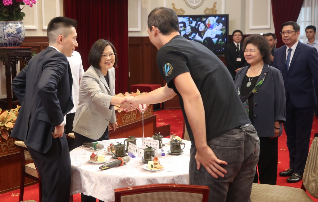 President Tsai Ing-wen (second from left) receiving sports stars at the Presidential Office Thursday October 3.