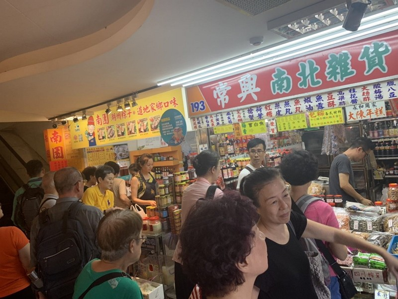 Nanmen Market hosts sale event before relocation (Taipei City photo)