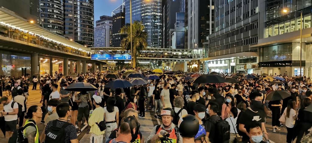 香港行政長官林鄭月娥今天宣布實施「禁蒙面法」後,香港多地出現戴著口罩的示威者聚集抗議。