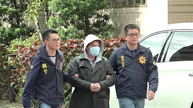 A teacher surnamed Lee (center) (CIB photo)