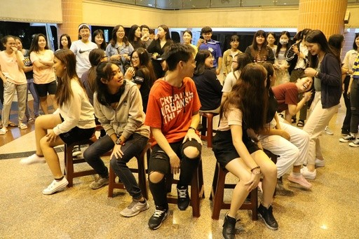 華語小老師社團透過遊戲,增進與外籍生的交流,希望讓他們感受到家的溫暖。(照片來源:崑山科技大學)