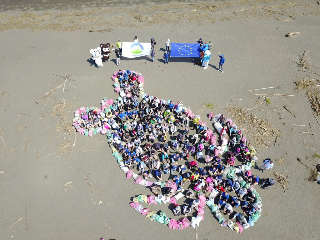 A sea turtle formed from trash (EETO photo)