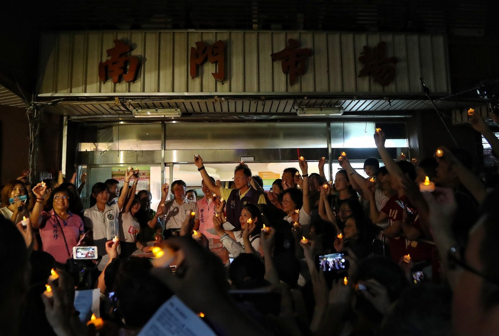 走過38個年頭,台北市南門市場6日晚間在攤商及民眾 合唱聲中正式宣告熄燈(照片來源:中央社提供)