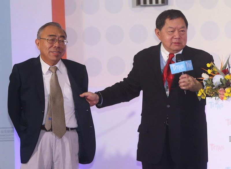 Wang Wen-yuan (王文淵)(left) and Douglas Hsu (徐旭東)(CNA photo)
