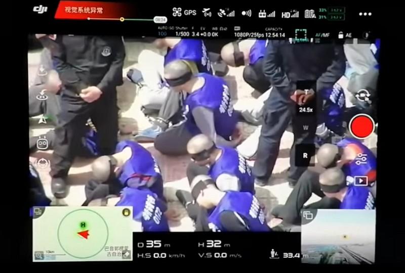 疑似新疆囚犯畫面(Youtube影片截圖)