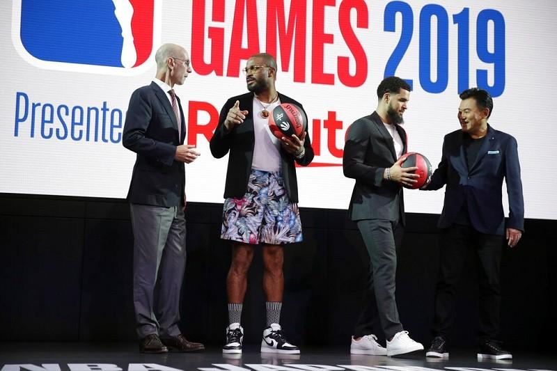 圖為NBA總監Adam Silver(左)與總裁Mickey Mikitani(右), 7日在日本東京出席活動 (美聯社)
