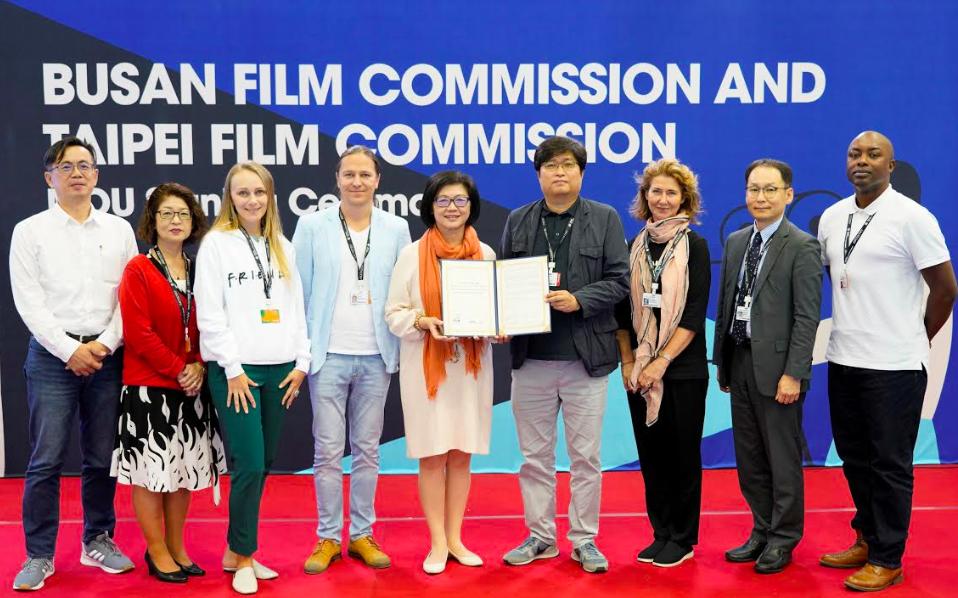各地影委會代表見證台北及釜山簽訂的「影視合作備忘錄」(圖/台北市電影委員會)