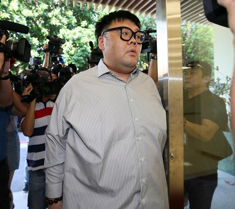 4月份以100萬元交保的「土豪哥」,8日到台北地檢署執行科報到,入監服刑。中央社