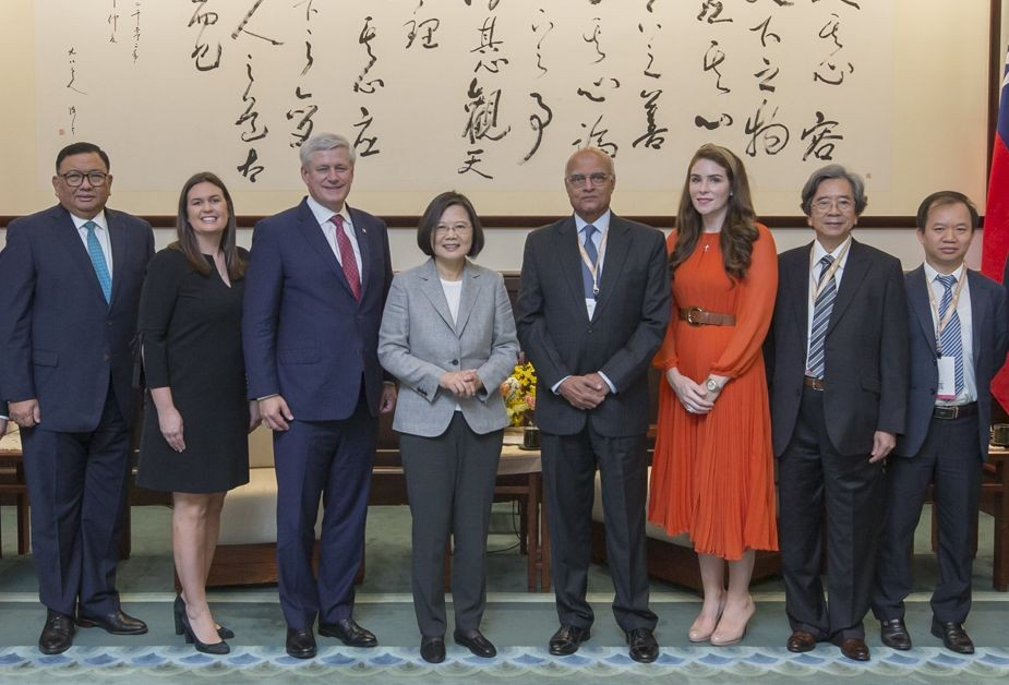 President Tsai with foreign guests attending the Yushan Forum (Office of the President)