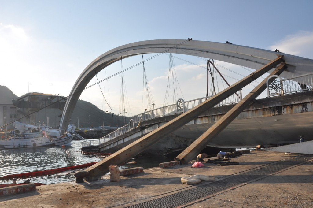 Steel bars support the arch of the Nanfang'ao Bridge after its collapse.
