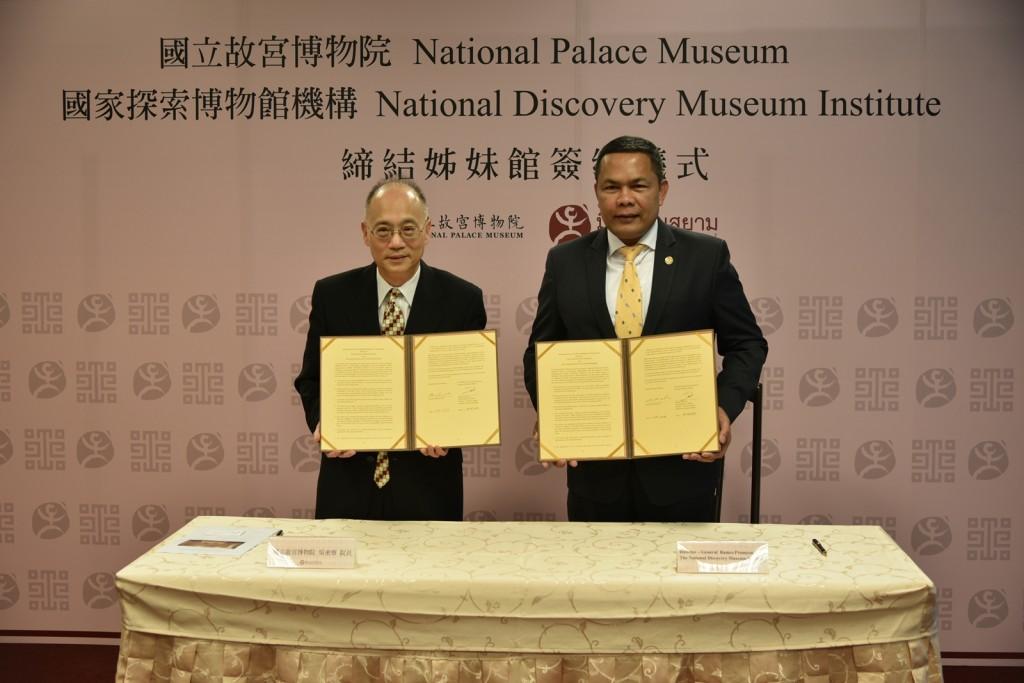 故宮吳密察院長與泰國國立暹邏博物館館長Mr. Rames Promyen代表簽訂合作備忘錄。(照片來源:國立故宮博物院)