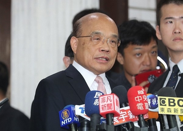 Premier Su speaks to press.