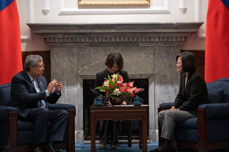 Guatemalan VP Cabrera (left) and President Tsai (Source: Presidential Office)