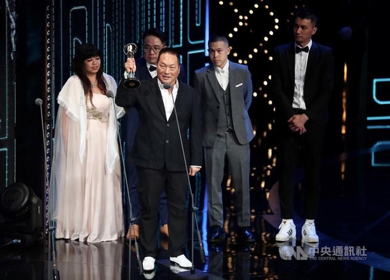 5日晚間王令麟(前者)曾與「聲林之王」製作團隊,一同登台領取金鐘獎綜藝節目獎座。中央社