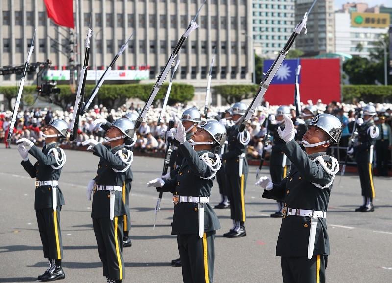 國慶大會上三軍儀隊花式操槍演出,展現精湛槍法。中央社