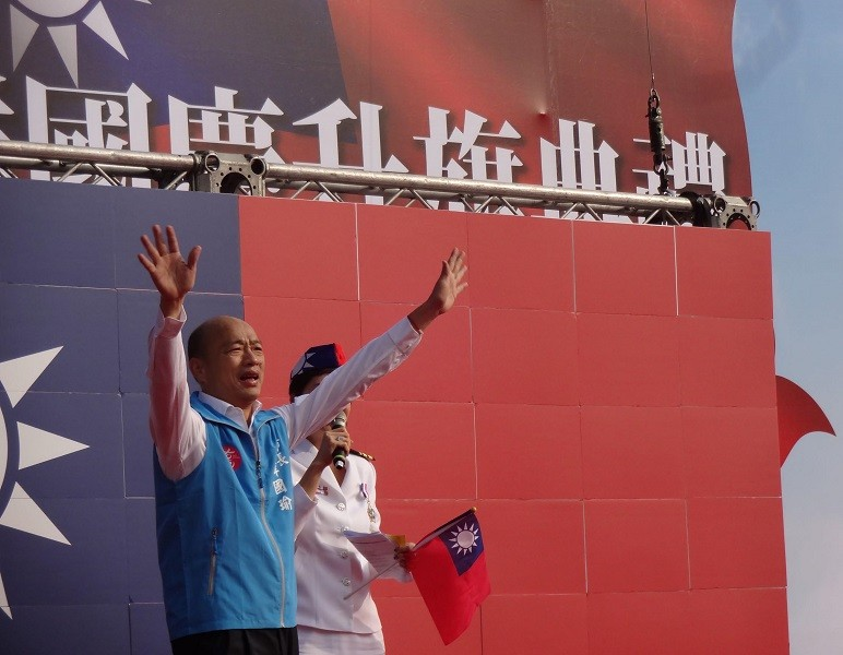 高雄市10日舉行國慶升旗典禮,由市長韓國瑜(前)帶領參加民眾唱國歌 (中央社)