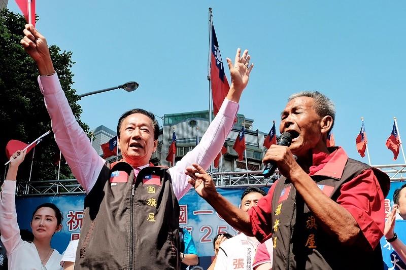 郭台銘(前左)10日首度到桃園國旗屋,  參加張老旺(前右)自辦的國慶升旗典禮。中央社