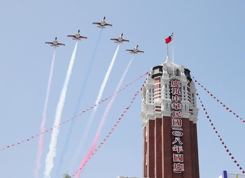 雷虎小組AT3教練機以5機大雁隊形,施放彩煙通過總統府上空,十分吸睛。中央社