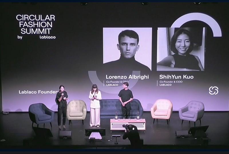 圖為來自台灣的郭詩芸(左)出席Lablaco今年9月底, 在巴黎主辦的「循環時尚高峰會」(翻攝官方臉書)