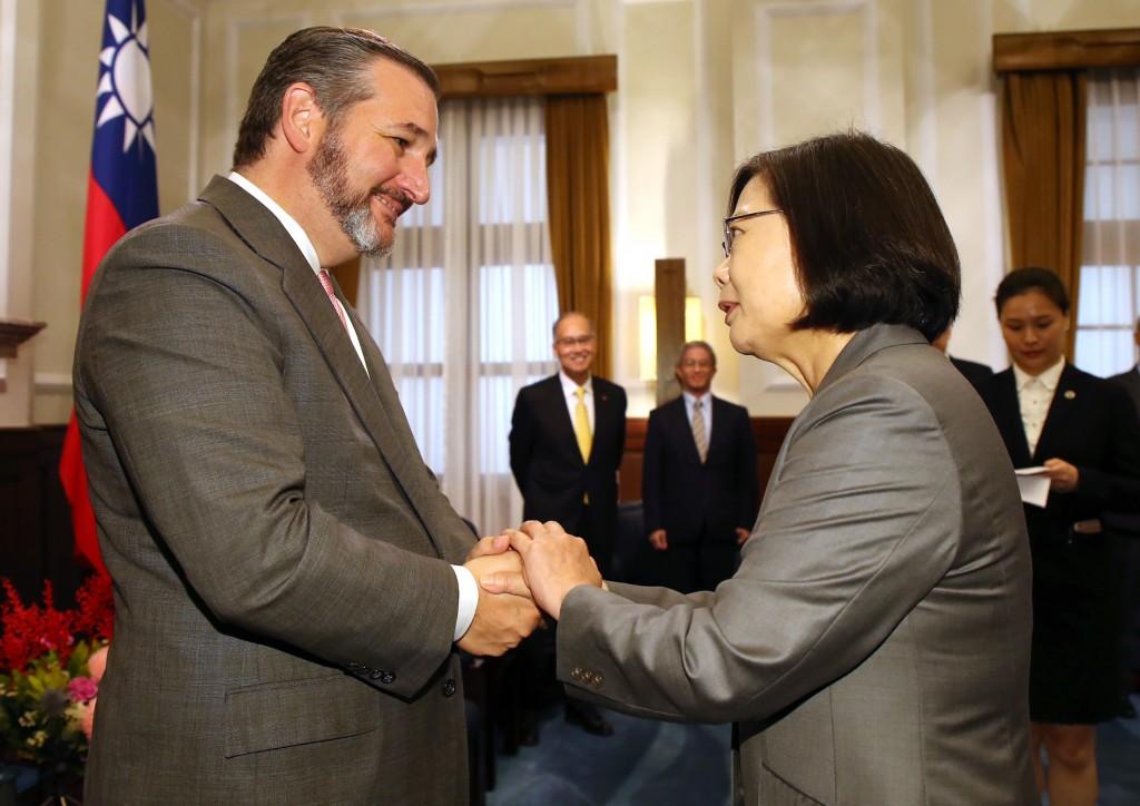 總統蔡英文10日在總統府接見美國聯邦參議員克魯茲(照片來源:中央社提供)