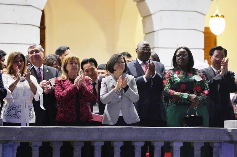 總統蔡英文(前中)10日晚間在台北賓館出席「中華民國108年國慶酒會」