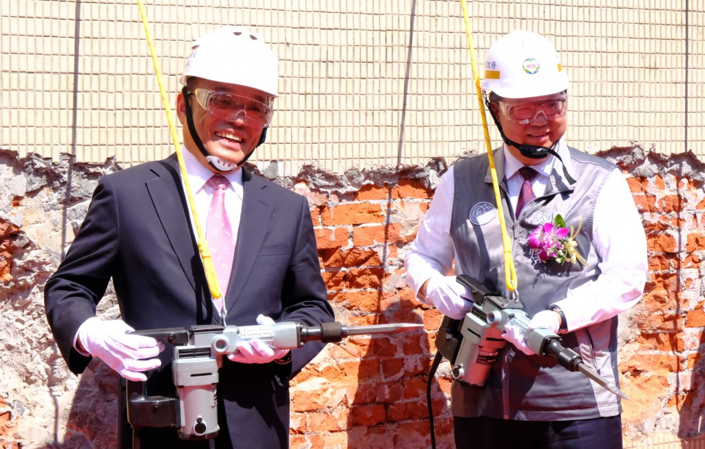Premier Su Tseng-chang (left) and Taoyuan Mayor Cheng Wen-tsan at the groundbreaking ceremony for the Taoyuan MRT Green Line.
