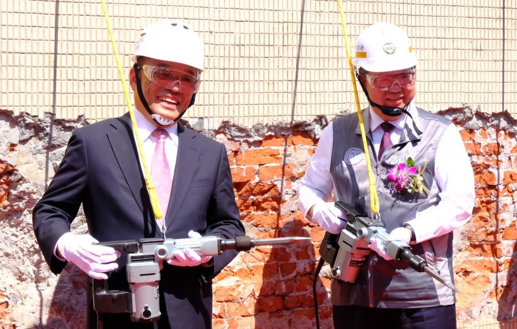 Premier Su Tseng-chang (left) and Taoyuan Mayor Cheng Wen-tsan at the groundbreaking ceremony for the Taoyuan MRT Green Line.