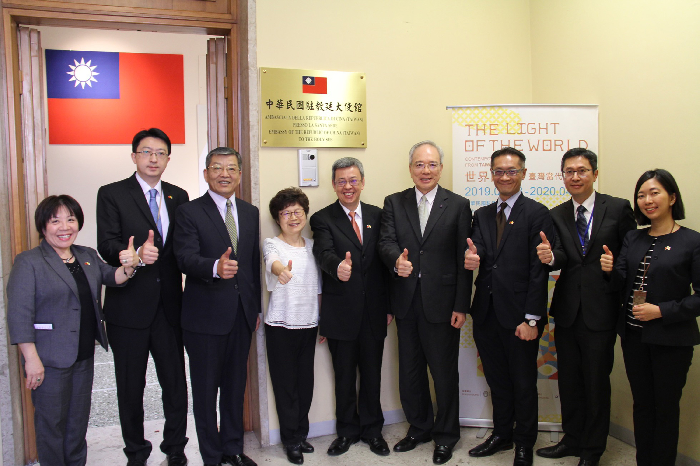 Vice President Chen Chien-jen (center) and his wife pose with officials at Taiwan's embassy in Vatican City