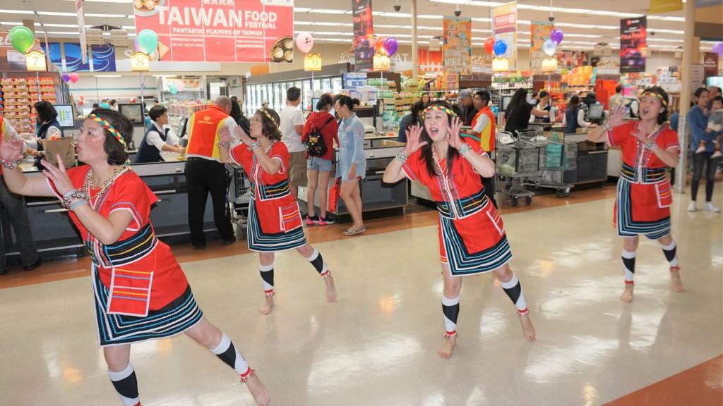 在外貿協會、經濟部國貿局贊助下,全美大華超市32家分店10月12日到27日舉行台灣美食節。