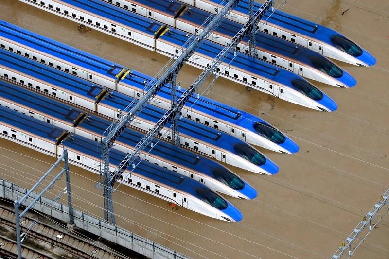 長野市赤沼的新幹線車廂被泡在水中, 災情慘重 (美聯社)