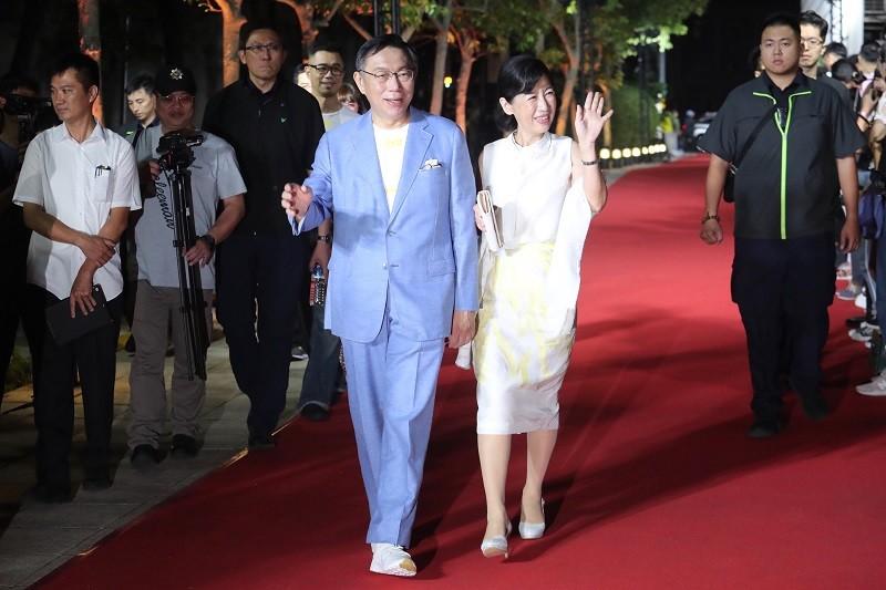 柯文哲(前左)與夫人陳佩琪(前右)12日晚以時尚形象出席台北時裝周, 並走紅毯。中央社