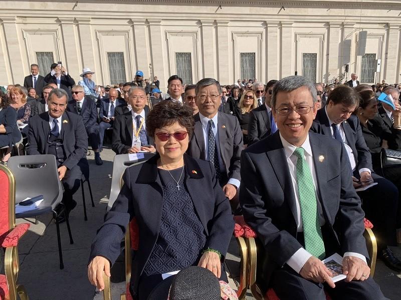 副總統陳建仁伉儷13日在梵蒂岡出席紐曼樞機主教等5人的封聖典禮,與各國政要列席特使專區。中央社