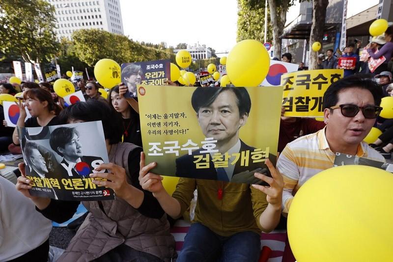 曹國家族醜聞, 在南韓社會引起兩極化反應 (美聯社)