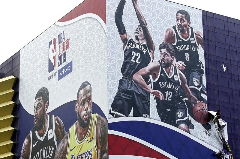上海NBA季前賽廣告看板, 9日遭撤除 (美聯社)