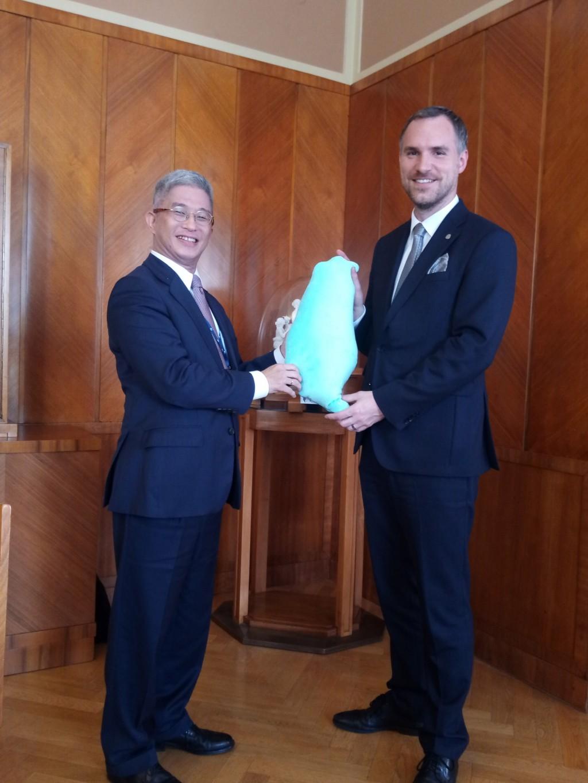 外交部次長徐斯儉(左)14日(當地時間)會晤布拉格市長賀瑞普(右),將台灣造型的頸枕當見面禮。