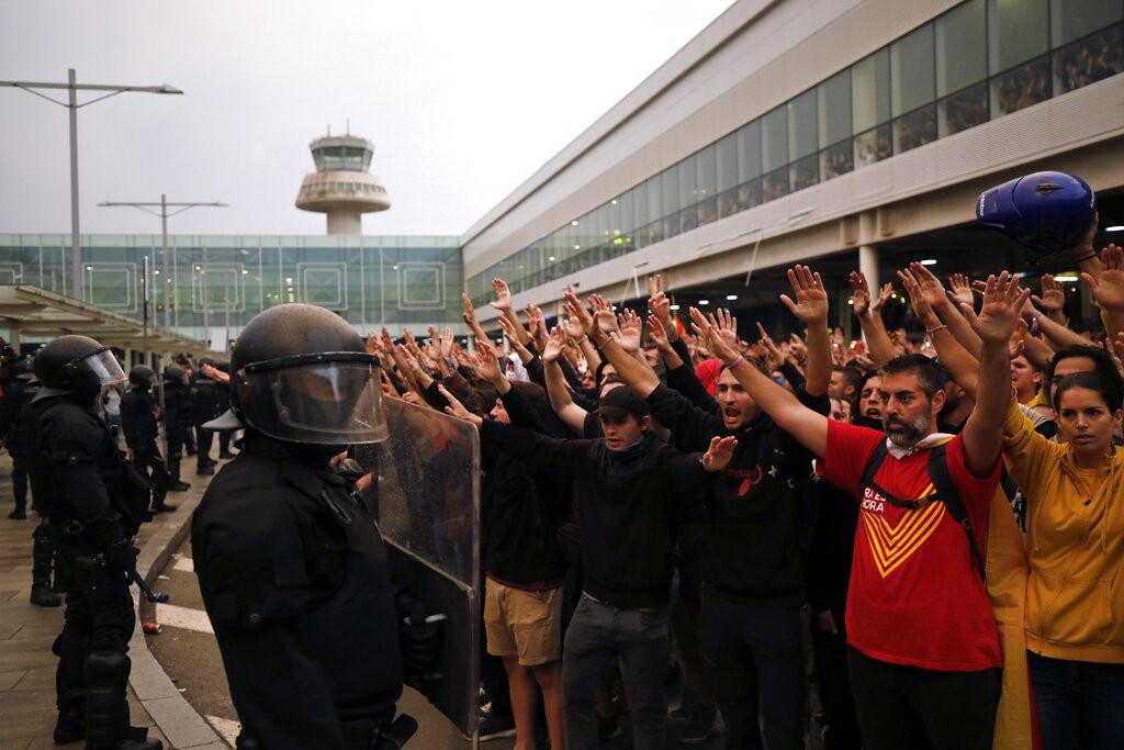 西班牙自治區加泰隆尼亞獨立運動支持者14日在巴塞隆納機場與警方對峙(照片來源:美聯社提供)