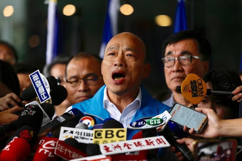 韓國瑜今在記者會現場高唱「我現在要出征」。中央社