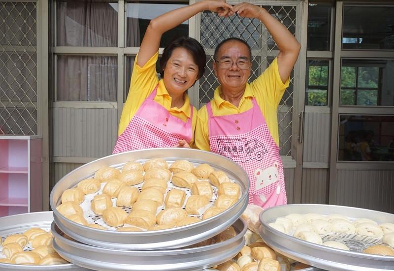 林波(右)與妻子靳寶儀(左)夫唱婦隨。中央社