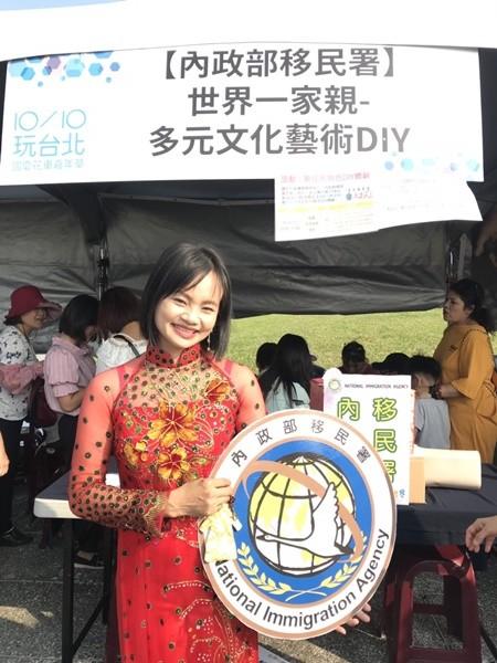 越南手作拼布DIY體驗攤位,攤主是越南新住民吳氏深,她開設的「杰妍拼布手作坊」是以她的2個罕病兒所命名。(移民署提供)
