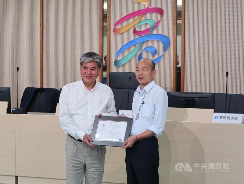 韓國瑜(右)曾邀李鴻源(左)擔任市政顧問。中央社檔案照片