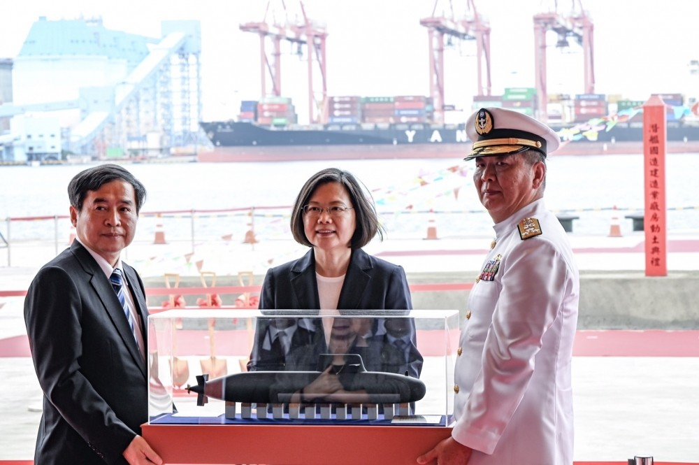 Cheng (left), President Tsai (center), Adm. Huang Shu-kuang (right) (Taiwan Navy photo)